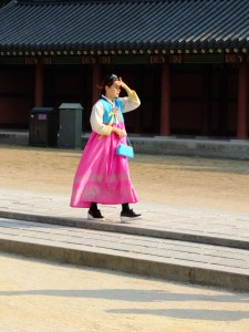 Une jeune fille en hanbok.